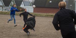 Eleverna som går idrottsprofilen på skolan försöker göra mål.