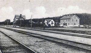 På den här bilden från förr syns stationshuset, mejeriet och affärshuset i Sällinge. Foto: Privat