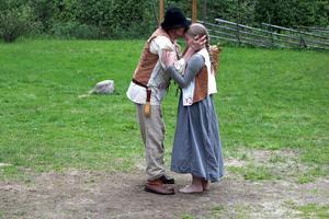 Lars, spelad av Lars-Gustaf Eriksson, och hans dotter Elsa, spelad av Hedvig Vestberg.