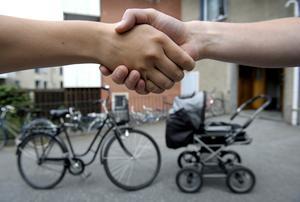 Den 26 juni genomfördes ett handslag mellan socialdemokraterna i Sala och fackförbundet Kommunal Sala.Foto: Janerik Henriksson