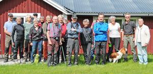 PRO Envikens byvandrargrupp fotograferade utanför Hundsnäs fäbod som utgjorde det senaste utflyktsmålet.