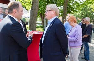 Socialdemokraternas ordförande i Köping, Shpetim Pirraku, är i samtal med Peter Hultqvist. Shpetim Pirraku tror att försvarsministerns arbete kan gynna arbetstillfällen lokalt.