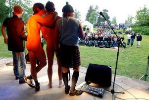 Med en strumpa för värmen och en gitarr som skylde familjelyckan invigde det lokala bandet Jens och Josef Dyketfestivalens första kväll.