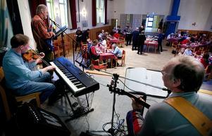 Utöver julbord bjuds det på musikunderhållning från scenen inne i Folkets hus. Foto: Peter Ohlsson/arkiv