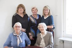 I översta raden de tre volontärerna Rangvi Gidlöf, Lill-Britt Fälldin och Barbro Nyström. Sittande är Vivan Lundgren och Inger Hessleborn som bor på Balder. Allihop deltog i förstamajtåget.
