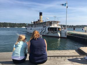 En del besökare kom till skärgårdsamarknaden med ångbåten Blidösund.