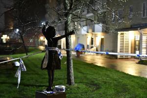 Rikspolischef Anders Thornberg menar att det krävs lokala lägesbilder där man sätter in insatser så fort man börjar få svårigheter med ökad gängkriminalitet. Bilden är från en dödsskjutning i Biskopsgården i Göteborg i november förra året. Bild: Björn Larsson Rosvall/TT