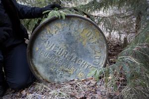 Tunnan låg dold under en gran en bit in i skogen. De är galvaniserade och rostar därför inte i första taget. Faten rymmer mycket bränsle eller  olja, som skulle räcka till många fordon med sina 200 liter.