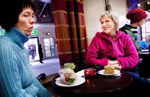 """Christine Forslund och Anna-Karin Bäckström sitter på Wedemarks i Östersund. De är positiva till en breddning av alkoholservering och tycker det vore trevligt om alkohol serverades på till exempel ett kafé. """"Till småvarma-rätter kan det vara gott"""", säger Anna-Karin Forslund, till höger. De säger att de aldrig går ut på krogen men att träffas och fikar, som i dag (läs onsdag), gör de. """"Det vore jättetrevligt att dricka något gott så här, säger Christine Forslund, till vänster. Foto: Håkan Luthman"""