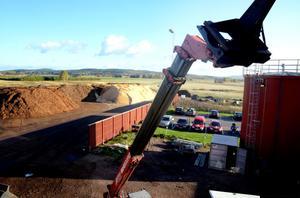 Biobränslet ligger i högar och väntar på att eldas upp. Innan dess ska det vägas och analyseras.