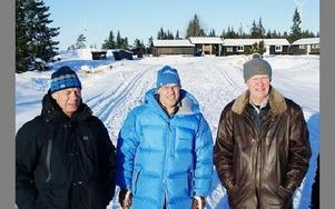 Från vänster i det hårdgjorda spåret: Karl-Gunnar Boman, Nils Gryt och Bertil Höök. De välkomnar någon som vill driva en servering i lokalerna uppe på Ljungåsen. Den som gör det ska inte behöva stå för några lokalkostnader.-- Det är synd att det inte är