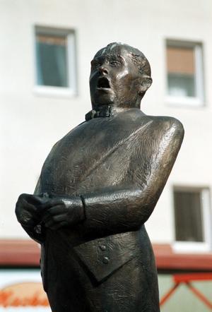 Statyn står på just Jussi Björlings torg i centrala Borlänge och invigdes år 1990.
