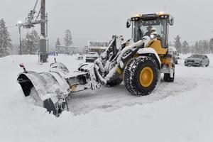Gert Nilsson plogar snö på Idre Fjäll.