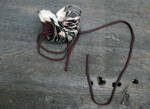 Stål är Lovisa Heds favoritmaterial och det använder hon i sina verk på temat It's not a skin, tillsammans med textila trådar. Foto: Lovisa Hed