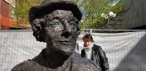 Gunilla Wihlborg kollar att statyn av Christina Sandberg står rak när den installerades på plats.