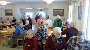 50-talet PRO:are samlades till årsmöte i Stuguns sockenstuga. Foto: Elisabet Yngström