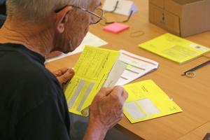 Rösträknaren Arne Tillbom såg till att några brevröster i gula kuvert blev hanterade på korrekt sätt.