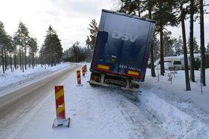 Ett körfält är blockerat av den dikeskörda lastbilen.