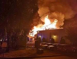 En av lokalerna på Vedums kök fattade eld. Nu har en person anhållits misstänkt för två av bränderna i Vedum.