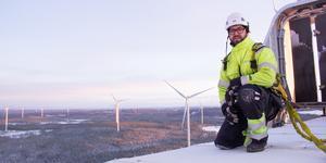 Att jobba på hög höjd är vardag för Andreas Larsson, vindkraftstekniker.
