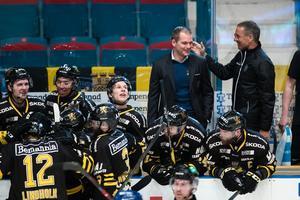 Tomas Mitell och AIK-spelarna hade all anledning att vara glada efter 5–1-segern. Men både Garry Nunn och Mitell menar att AIK kan spela bättre än de gjorde i final ett. Foto: Andreas Sandström / Bildbyrån