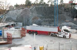 Lastbilar med lägenhetsavskiljande väggar trafikerar nu området.