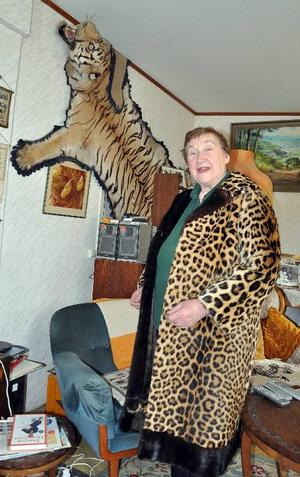 Tiger på väggen och leopard på kroppen. Det är ädla kattskinn i Anna-Stina Palms tillvaro.