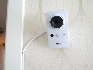 Med en sådan här kamera går det att titta till äldre i deras hem utan att hemtjänsten behöver åka dit.