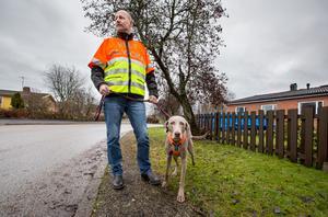Mattias Wide arbetar som eftersöksjägare åt polisen vid trafikuppdrag, men ingår även i den skyddsjakt som kommunen bedriver och som är utlagd på Örebro viltvårdsförening.