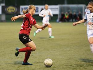 Amanda Källström var under fjolåret en ung nyckelspelare i Edsbyns IF - den här våren spelar hon med moderklubben Bollnäs GIF.