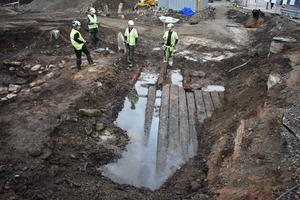 Hittills har man enbart grävt fram ett litet hörn av vad man tror är en större träkonstruktion som gömmer sig i marken. Foto: Pressbild