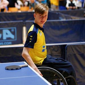 Isak Nyholm får ännu en gång klä sig gul och blått för att representera Sverige i Para-EM. Foto: Fredrik Nilsson.