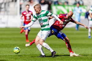 Simon Johansson med bollen för VSK.  Foto: Jonas Ljungdahl / BILDBYRÅN