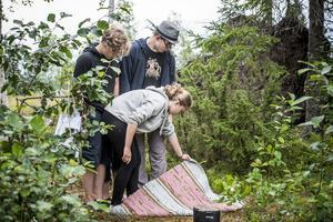 I samarbetsgläntan får scouterna gruppvis utföra olika uppgifter. En av uppgifterna var att försöka, som ett lag, ta sig får ena sidan av mattan, till den andra. Utan att nudda marken.