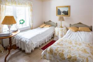 Sänggavlarna är från 20-talet och sängarna från Ikea, berättar Kerstin.