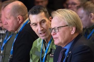ÖB Micael Bydén och försvarsminister Peter Hultqvist (S) på Folk och försvars rikskonferens på Högfjällshotellet i Sälen. I bakgrunden MSB:s generaldirektör Dan Eliasson.