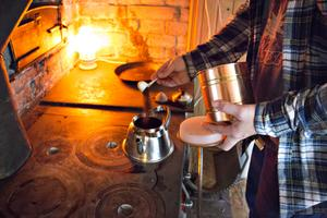 Lillstugan – som använts som fritidshus av tidigare ägarna – går att bo i. Där finns vatten indraget och vedspisen ger både värme och kokkaffe.