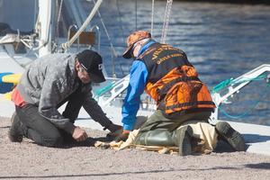 Viltvårdaren Ola Lundh lade en filt över det stressade rådjuret och tillsammans med Tord Östlund satt de sedan och klappade det i cirka 30 minuter. Sedan hade det lugnat ner sig och blivit starkare.