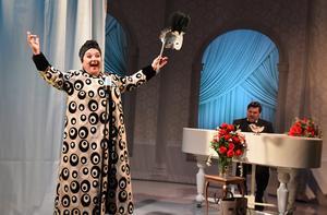 Vera Veljovic gör huvudrollen som Florence Foster Jenkins i komedin Strålande, Miss Foster!
