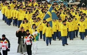 Den svenska OS-truppen vid  invigningen i Nagano, med Torgny Mogren som fanbärare. Bild: Peter Krüger/Bildbyrån
