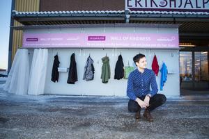 – För oss är det ett sätt att öka medmänskligheten och bidra till att människor slipper frysa, säger Joakim Lundqvist, biträdande butikschef på Erikshjälpens second hand i Gävle.