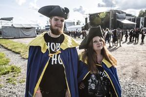 Annie från Småland och Lucas från Stockholm har klätt upp sig, dagen till ära.