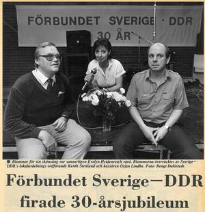 LT, 22 oktober 1986. Förbundet Sverige–DDR firade 30-årsjubileum – och lokalavdelningen i Södertälje fyllde tio år. På bilden: lokalordföranden Kenth Stenlund, inbjudna sångerskan Evelyn Heidenreich och kassören Örjan Lindhe.