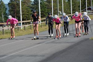 Andersson ställde upp och hjälpte ungdomarna på Sollefteå sommarskidskola med träningen.