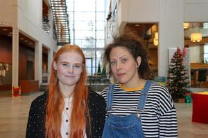 Josefine Nyman (vänster) och Ebba-Sofie Nordquist läser teaterpedagogprogrammet på Örebro Universitet.