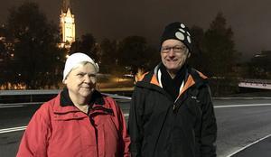 Karin Hagman och Volgan Byström blev första fotgängare över nya provisoriska bron över Selångersån i Sundsvall.