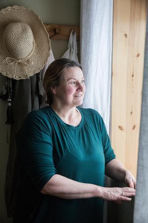 """""""Jag orkar inte allt, utan har valt bort att städa och plocka"""" säger Helena Karlsson som gläds åt utsikten mot mot Siljan, från andra våningen."""