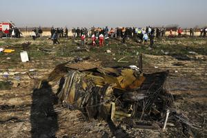 Tio svenskar fanns ombord det flygplan som kraschade i Iran i natt. Här syns spillror efter det kraschade planet.