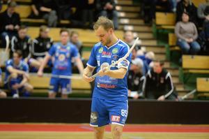 Förre Granlospelaren Kristoffer Asp, som numera är lagkapten i Hudik/Björkberg hade en tung kväll.