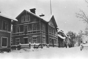 När Ludvika blev stad var det tänkt att affärslivet skulle byggas här på Kniphälla. Karlberg som det heter i dag.